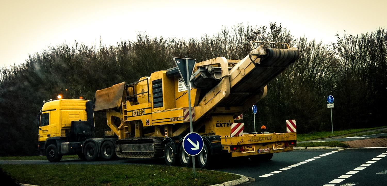 Rensing Erdbau GmbH & Co KG: Unterwegs mit scherem Gerät zur Baustelle